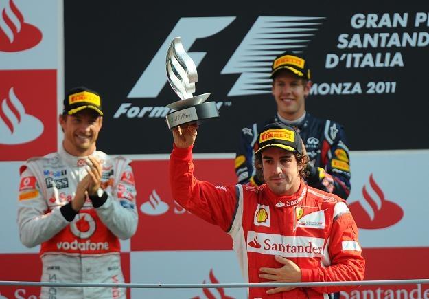 Jenson Button, Sebastian Vettel i Fernando Alonso na podium /AFP