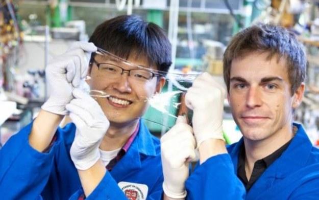 Jeong-Yun Sun i Christoph Keplinger ze swoim wynalazkiem /materiały prasowe
