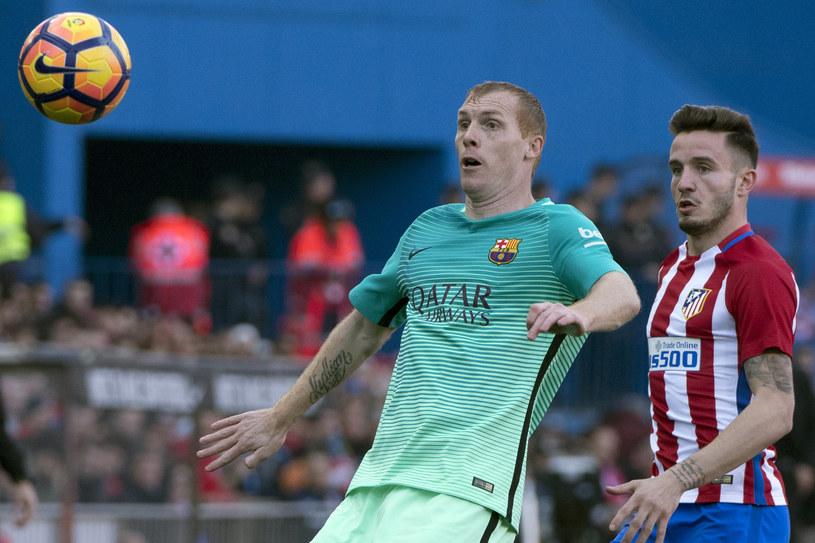 Jeremy Mathieu (z lewej) podczas meczu z Atletico Madryt /AFP