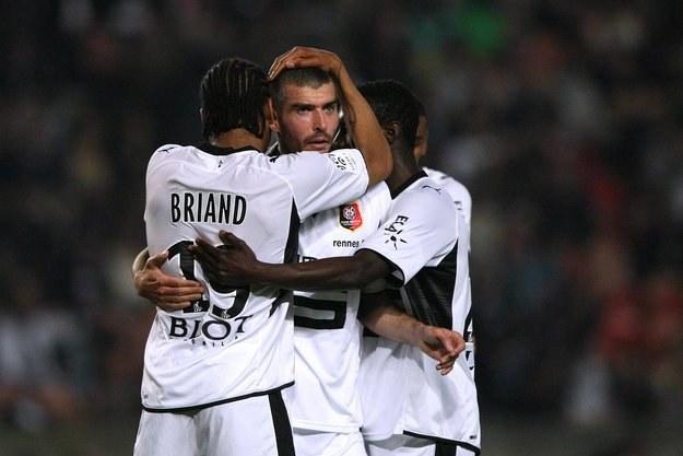 Jerome Leroy (w środku) zdobył jedynego gola w meczu Rennes z Legią /AFP