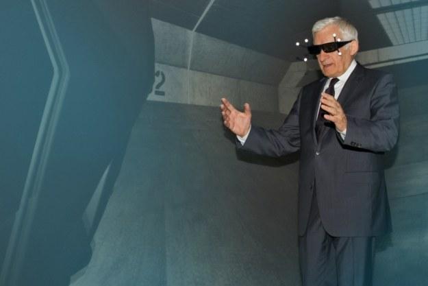 Jerzy Buzek w jaskini 3D /materiały prasowe