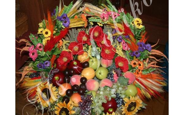 Dożynkowy kosz z owocami