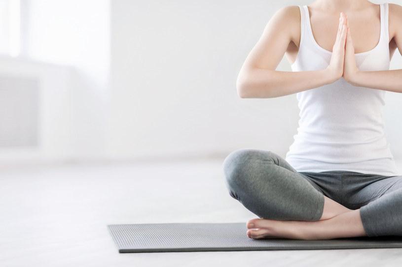 Jesienią ćwicz jogę /materiały prasowe