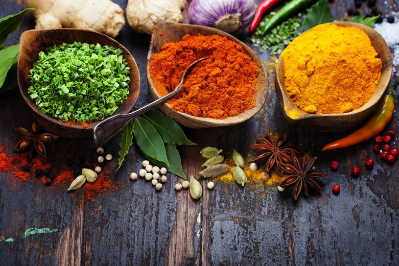 Jesienią i zimą używaj jak najczęściej rozgrzewających przypraw, które wspomogą metabolizm /©123RF/PICSEL