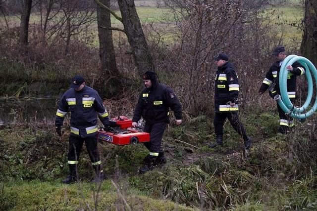 Jesienią ubiegłego roku dokładnie przeszukano staw przeciwpożarowy w Hipolitowie /Artur Reszko /PAP