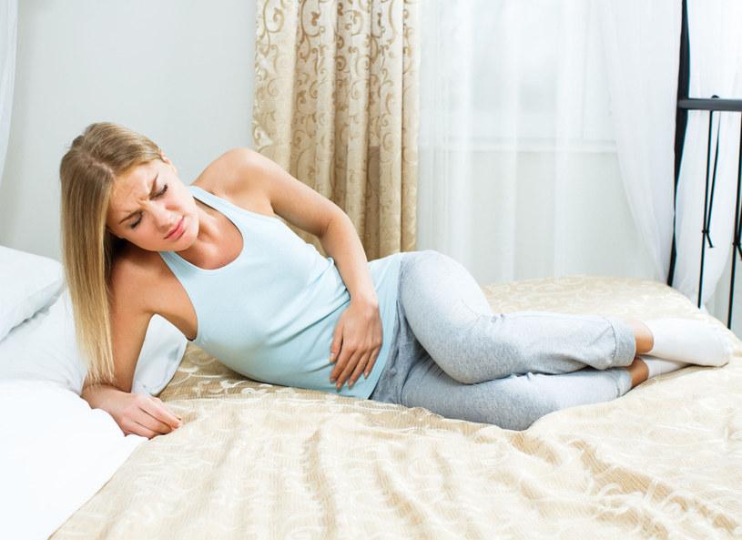 Jeśli boli cię brzuch i od kilku dni masz problem z wypróżnieniem, lekarze doradzają zjedzenie na czczo 4–5 suszonych śliwek /Picsel /©123RF/PICSEL