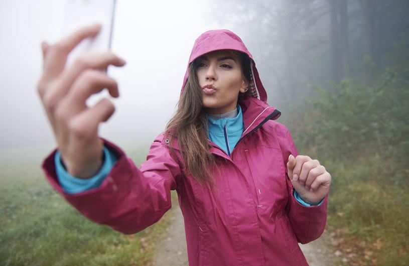 Jeśli chcemy zaprezentować na selfie wyłącznie siebie, zróbmy to efektownie. /©123RF/PICSEL