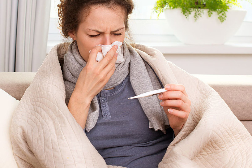 Jeśli chcesz obniżyć gorączkę, pij napary z ziół, które mają działanie napotne i przeciwzapalne. Są to herbatki z lipy, czarnego bzu, korzenia babki lancetowatej, kory wierzby, tymianku i rumianku /123RF/PICSEL