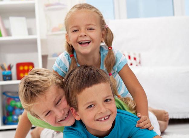 Jeśli chcesz wychować wrażliwe dziecko, sama nie bądź obojętna na sprawy innych /123RF/PICSEL