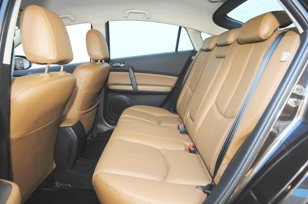 Jeśli chodzi o wymiary wnętrza, Mazda 6 wypada nieźle – ma szerszą kabinę niż Avensis i mały tunel środkowy z tyłu. /Motor