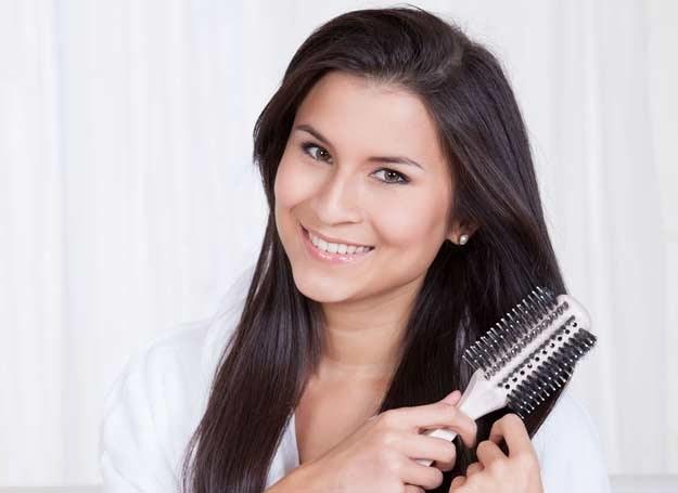 Jeśli codziennie tracisz więcej niż 100 kosmyków, sięgnij po kosmetyki wzmacniające /©123RF/PICSEL