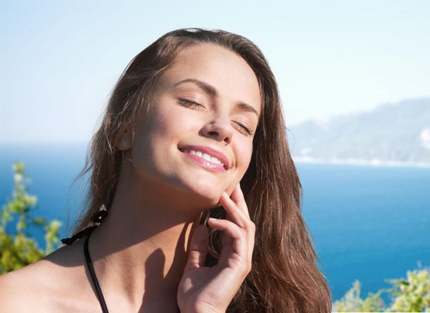 Jeśli czujesz, że skóra jest ściągnięta i piecze, spryskaj ja wodą termalną /Picsel /123RF/PICSEL