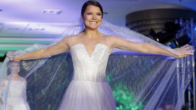 – Jeśli kiedykolwiek założę suknię ślubną, to na pewno nie zrobi to na mnie takiego wrażenia, jak powinno, ponieważ tych sukni miałam już tyle na sobie, że po prostu traktuje je jak zwykłe sukienki - mówi Joanna Jabłczyńska. /Podlewski /AKPA