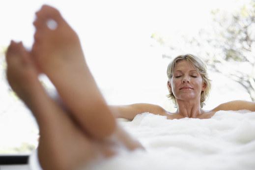 Jeśli mimo kąpieli i nawilżania kremem skóra na stopach jest zgrubiała, wypróbuj nowe metody /© Photogenica