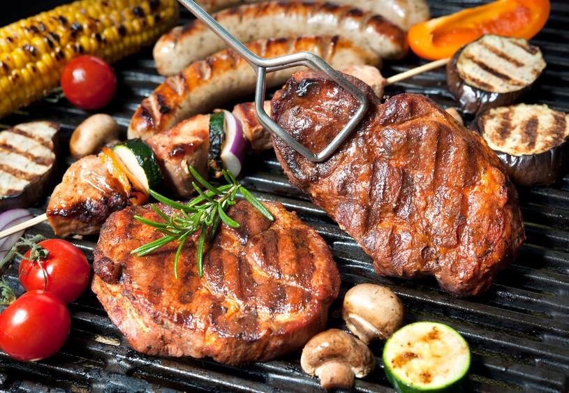 Jeśli nie czujemy się na siłach, by samodzielnie wybierać i kroić mięso na steki, możemy skorzystać z gotowych, porcjowanych steków Sokołowa z linii Uczta Qulinarna /123RF/PICSEL