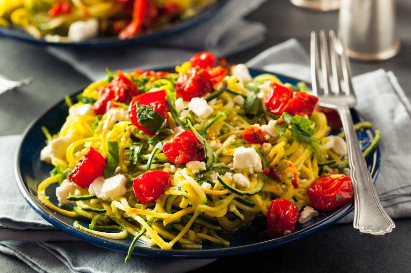 Jeśli nie masz temperówki do warzyw, cukinię możesz pociąć za pomocą obieraczki /123RF/PICSEL