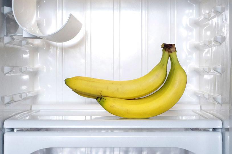 Jeśli nie musisz, nie kupuj bananów na zapas. Nadwyżki lepiej niech nie lądują w lodówce /123RF/PICSEL