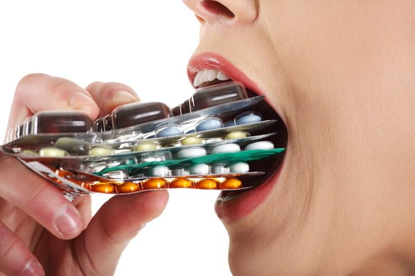 Jeśli nie umiesz się powstrzymać przed kolejnymi dawkami leku, to już sygnał, że masz problem /©123RF/PICSEL