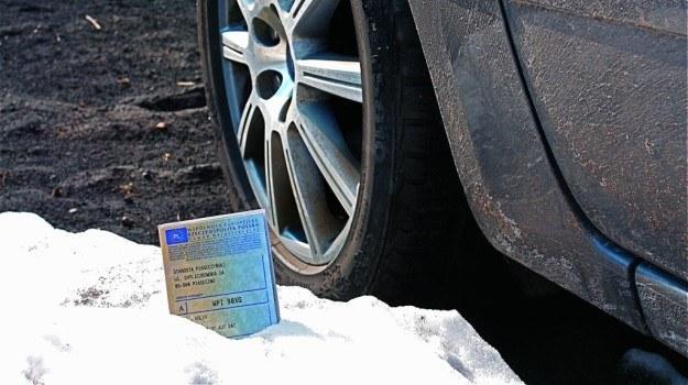 Jeśli poprzedni właściciel nie zgłosił zbycia pojazdu, to on będzie musiał udać się do urzędu komunikacji. /Motor