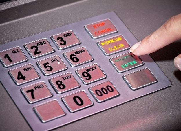 Jeśli pozwolimy komuś podejrzeć PIN, bank może obciążyć nas kosztami transakcji /123RF/PICSEL