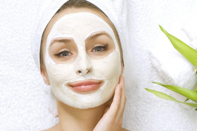 Jeśli producent nie zaleca inaczej, zostaw maskę na noc i zmyj rano /123RF/PICSEL