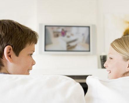 Jeśli rodzice tego nie kontrolują, telewizor zaczyna spełniać rolę niańki i towarzysza zabawy /© Panthermedia