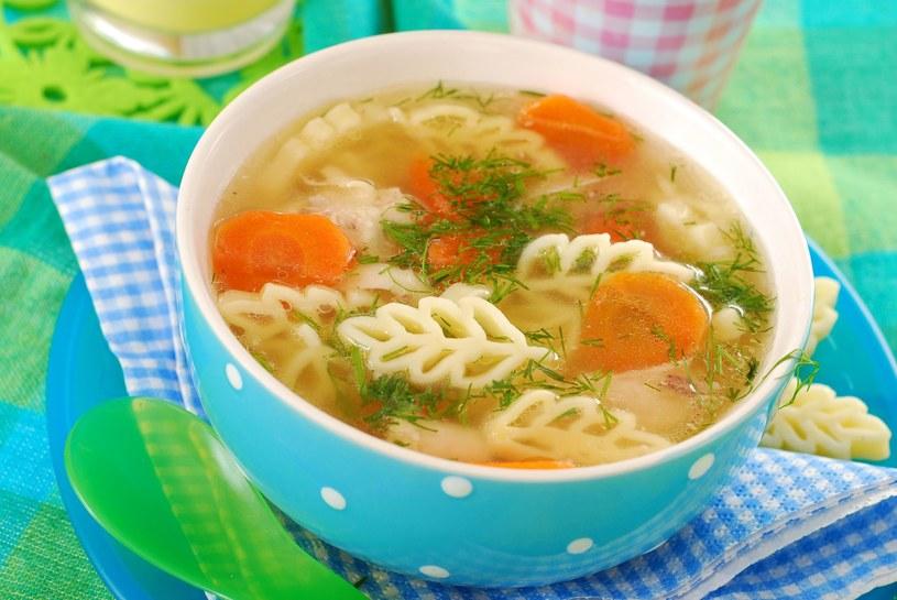 Jeśli rosół ma pomagać w przeziębieniu, trzeba go gotować na chudym mięsie, na wolnym ogniu ok. trzy godziny. /123RF/PICSEL