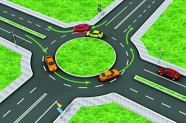 Jeśli ruch jest spory i nie można wjechać na prawy pas tuż przed opuszczeniem ronda, należy je okrążyć. /Motor