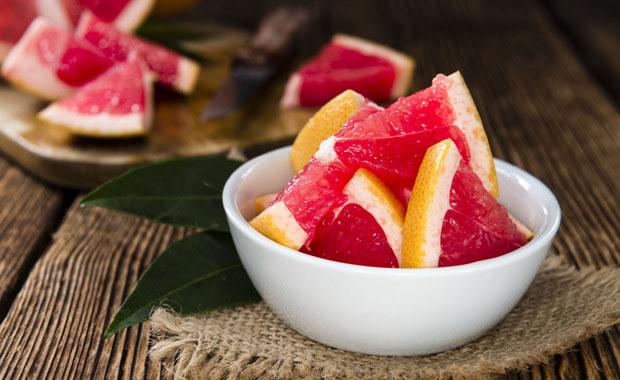 Jeśli się odchudzasz, włącz do diety grejpfruta. Zjedz połówkę po każdym posiłku /©123RF/PICSEL