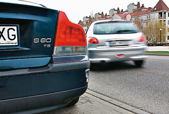 Jeśli sprawca kolizji ucieknie, aby otrzymać odszkodowanie z polisy OC, trzeba ustalić jego dane. /Motor