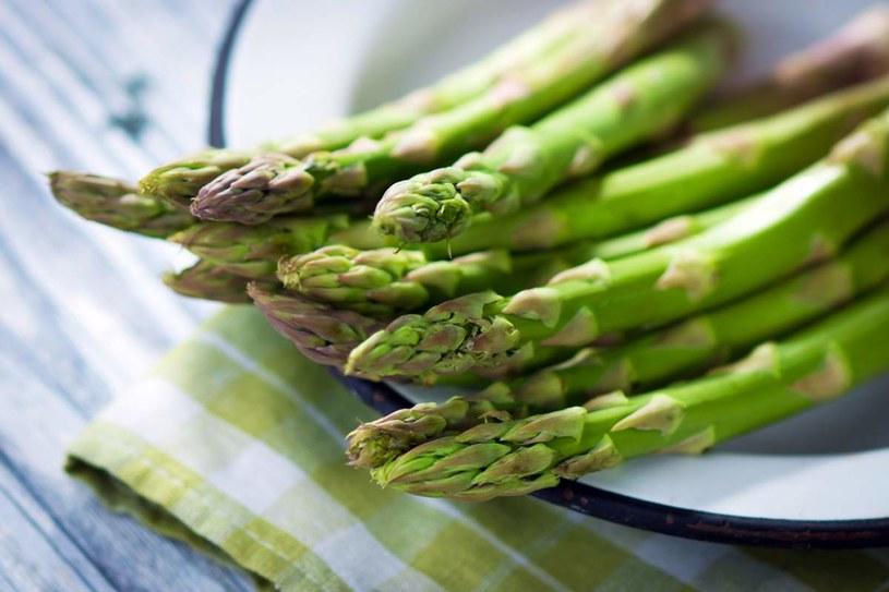 Jeśli szparagi są fioletowe, to znaczy, że przed zbiorem przywitały się ze słońcem/ fot. Shutterstock.com /Styl.pl
