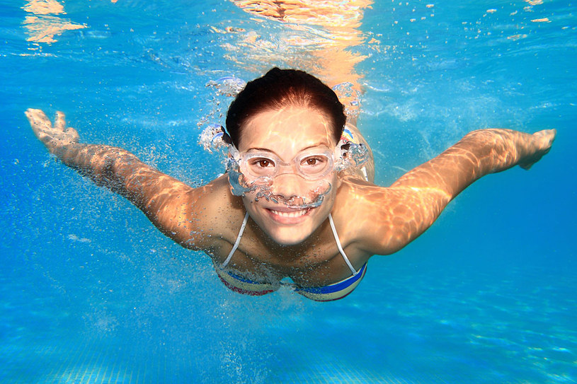 Jeśli twoje uszy mają częsty kontakt z wodą, stosuj krople, które pozwalają utrzymać odpowiednią wilgotność w przewodach słuchowych, działają przeciwbakteryjnie i ściągająco /123RF/PICSEL