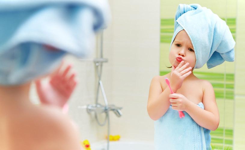 Jeśli umywalka nie jest dopasowana do wzrostu dziecka, powinniśmy zaopatrzyć się w specjalny podest /©123RF/PICSEL
