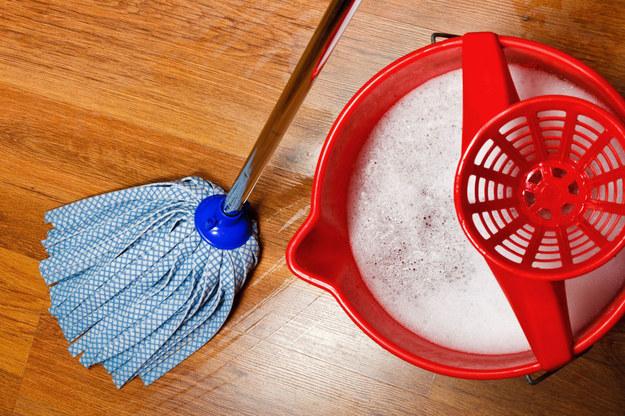 Jeśli używamy odpowiedniego płynu, mycie podłóg może być przyjemne /©123RF/PICSEL