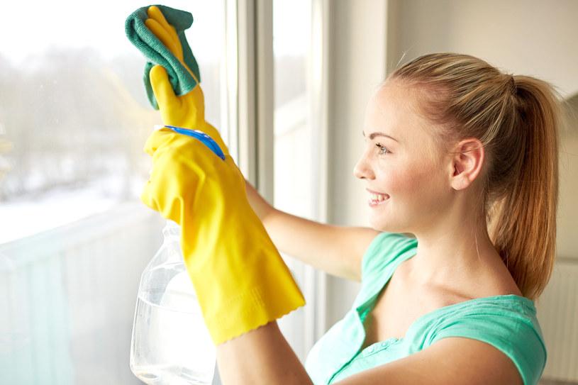 Jeśli zapach octu przeszkadza domownikom, zastąp go octem aromatyzowanym /123RF/PICSEL