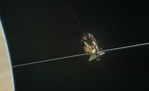 Jest film z niezwykłego przelotu obok Saturna!