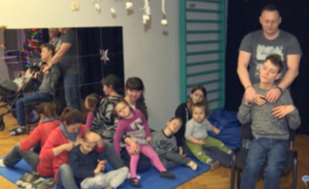 """""""Jest kłująca, pachnąca. Dzieci będą mogły dotknąć, poczuć!"""". Choinki od RMF FM trafiły do """"Tęczy""""!"""