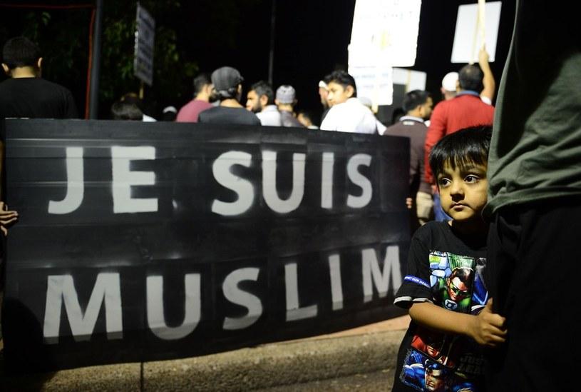 """""""Jesteśmy muzułmanami"""", transparent w czasie manifestacji przeciwko antyislamskim publikacjom w magazynie """"Charlie Hebdo"""", fot. z Sydney, zdj. ilustracyjne /EastNews/JEREMY PIPER /AFP"""
