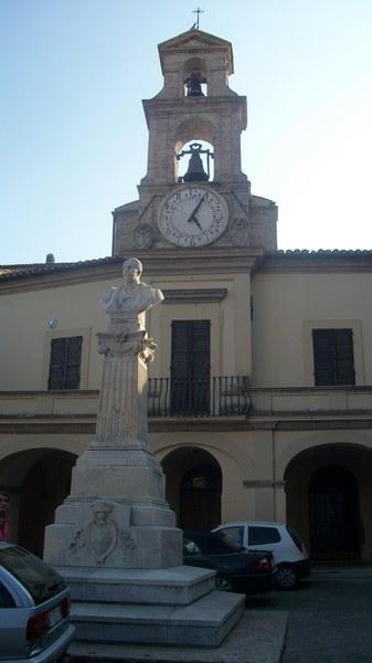 plac przed magistratem z kolejnym pomnikiem ...