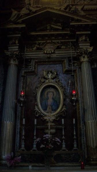 jeden z oltarzy w bazylice