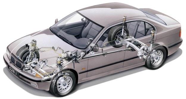 Jeszcze nie tak dawno wszystko wskazywało, że auta o przednim napędzie wyprą układ klasyczny. Tymczasem jest on doskonalony i najprawdopodobniej długo jeszcze pozostanie w samochodach tej klasy. Szczególnie że w nowym BMW serii 5 uzyskano przy nim równe obciążenie obu osi. /BMW