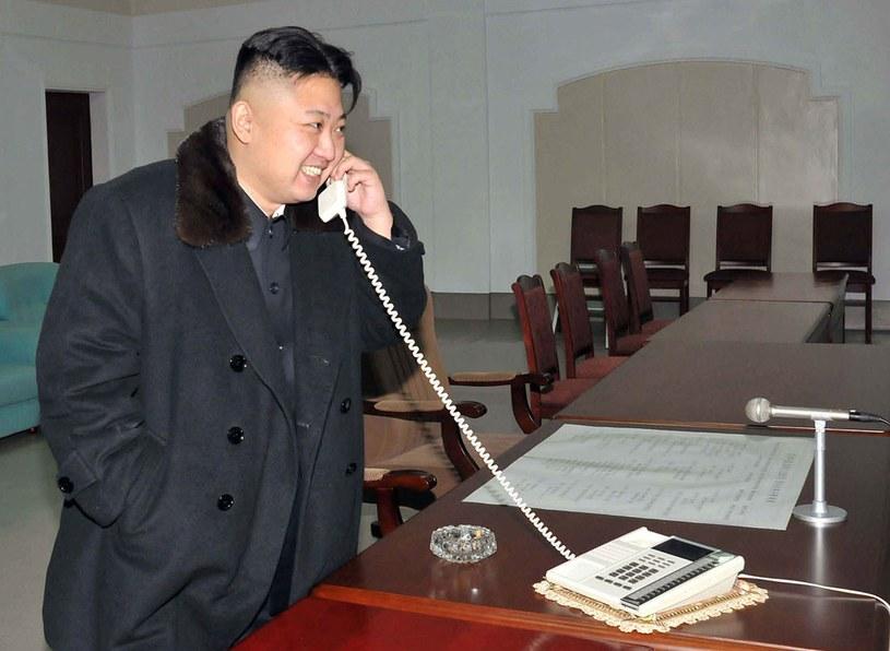 Jeszcze niedawno twierdził, że chce iść na wojnę z Seulem. Teraz szuka z nim kontaktu. Kim Dzong Un zafundował swojemu narodowi wojenny spektakl, który miał pokazać go jako nieustraszonego przywódcę /AFP