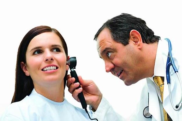Jeżeli zmagasz się ze szmerami usznymi, wybierz się do laryngologa. Pomoże on ustalić przyczynę dolegliwości. /123/RF PICSEL
