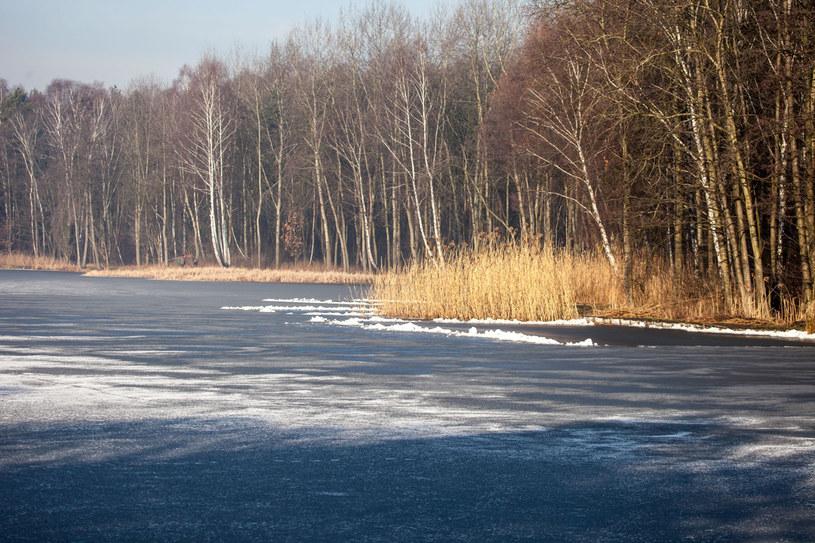 Jeziora prezentują się pięknie również zimą. /123RF/PICSEL