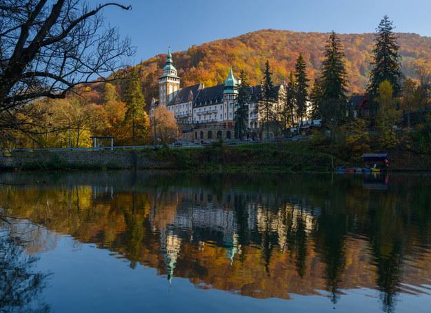 Jezioro Hamori i stylowy pałac /123/RF PICSEL
