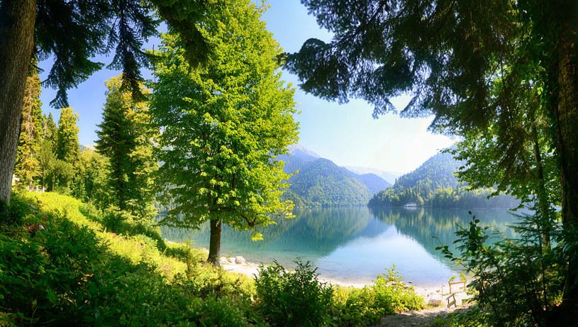 Jezioro Riza w Abchazji /123/RF PICSEL