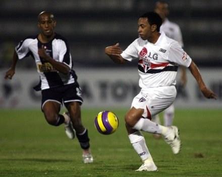Jhoel Herrera (z lewej) w starciu z FC Sao Paulo /AFP