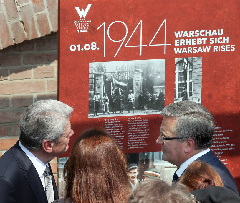 Joachim Gauck i Bronisław Komorowski na otwarciu wystawy /AFP