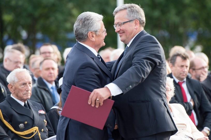 Joachim Gauck (L) i Bronisław Komorowski /PAP/EPA