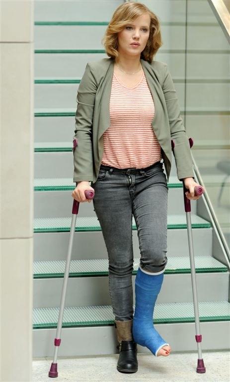 """Joanna Kulig z unieruchomioną nogą na planie """"O mnie się nie martw 2"""" /Agencja W. Impact"""